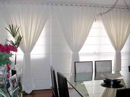 Chandelle decora es sala de estar for Cortinas blancas para sala